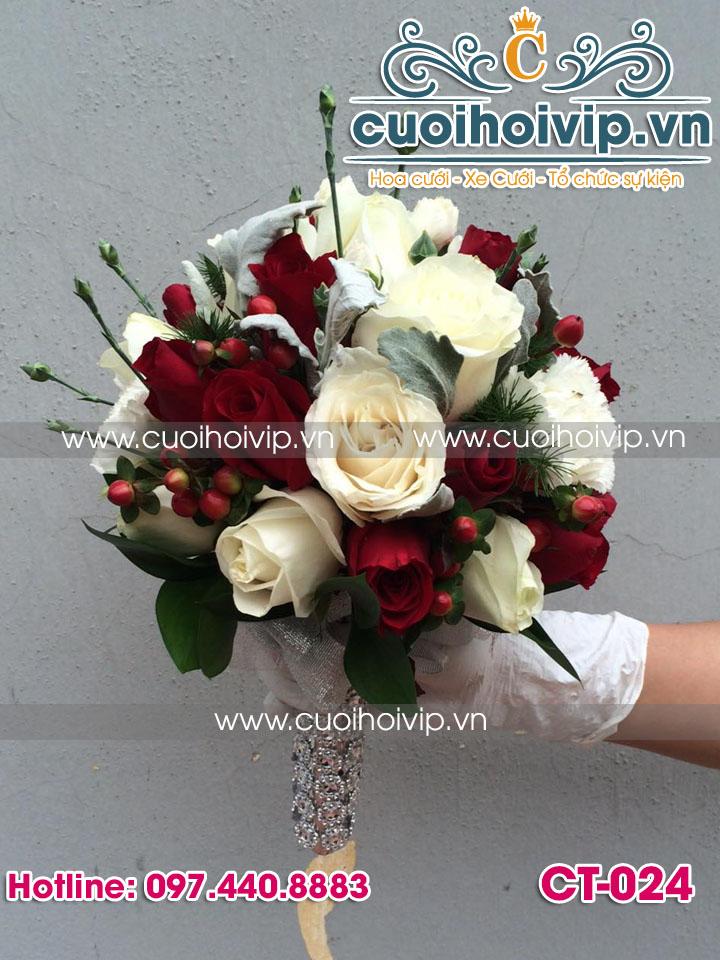 hoa cưới cầm tay cô dâu
