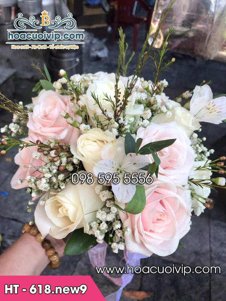 Đặt tráp cưới tặng hoa cầm tay cô dâu